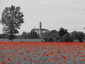 Chiesa in bianco e nero e rosso